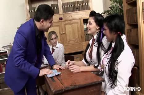 Пошлые студентки готовы на разврат прямо во время пары