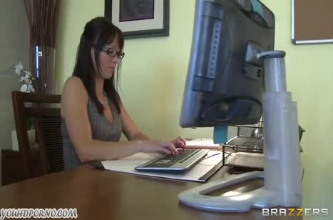 Грудастую Jenna Presley чувак мощно натягивает в офисе