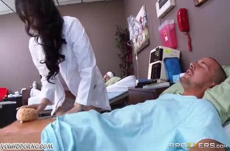 Горячая медсестричка лечит больного минетом и сексом