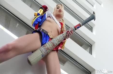 Сексуальная Piper Perri ловко отсасывает большой член