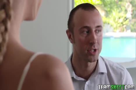 Подружка в обтягивающих джинсиках выпросила большой пенис