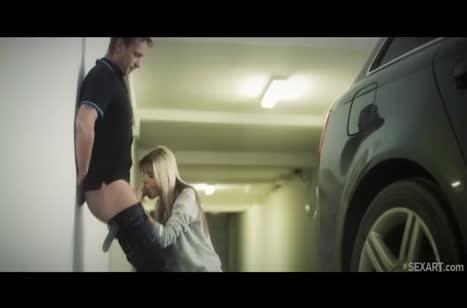 Парень отымел русскую блондинку на паркинге #4