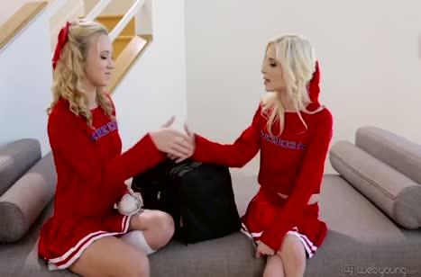 Молодые худенькие блондинки попробовали лесбийские ласки