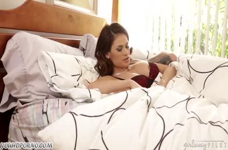 Шикарные подружки лесбияночки обожают страстные ласки