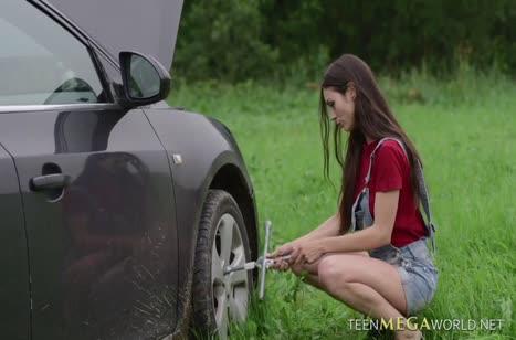 Помог девушке с машиной и опробовал ее писечку в деле