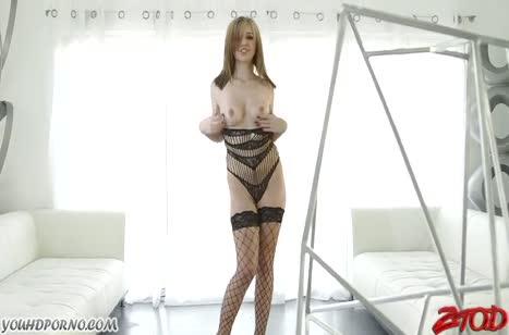 Блондиночка в эротичном наряде обкатывает негра