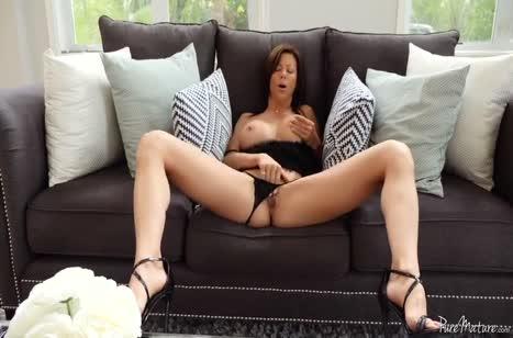 Мамочка растеребила свою вагинку и подготовилась к сексу