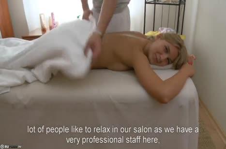 Молодая русская блондинка занялась сексом с массажистом
