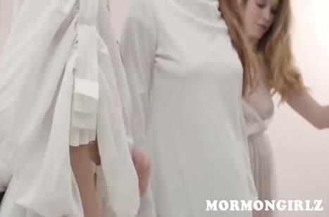 Молодые лесбиянки ласкаются и нежно тыкают в вагинки дилдо