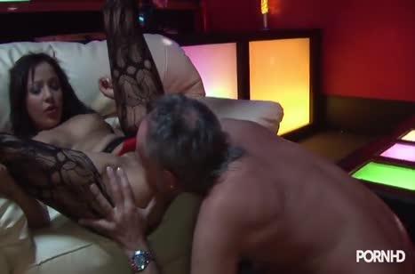 Сексуальная стриптизерша во всю трахается с богатым клиентом #3