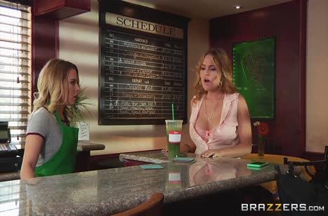 Посетительница лесбиянка занялась сексом с официанткой в кафе