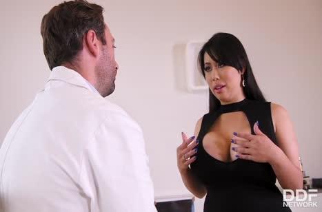 Посетительница с нереальным бюстом опробовала член доктора