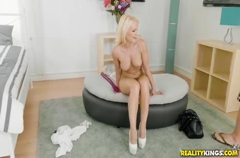 Блондинка ласкает большие сиськи и ложится в постель с мужем #3