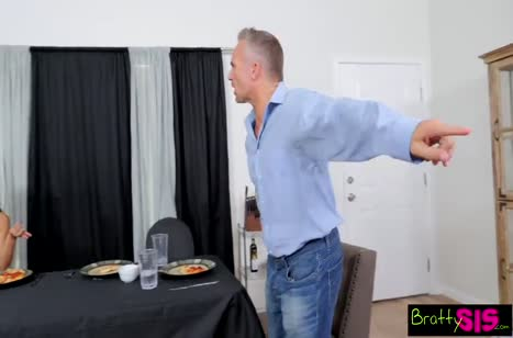 Молодая сучка соблазняет паренька на секс после обеда #5
