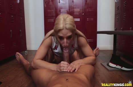 Блондинка трахается с крепким негром в раздевалке #4