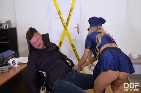 Полицейскую Mia Linz трахнули вдвоем на месте преступления