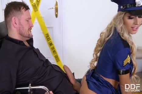 Полицейскую Mia Linz трахнули вдвоем на месте преступления #2