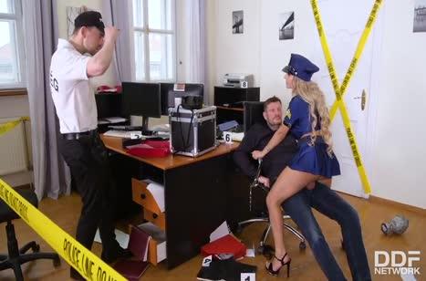Полицейскую Mia Linz трахнули вдвоем на месте преступления #3