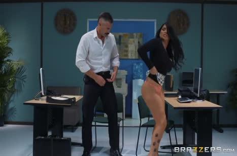Коллега Romi Rain необычно проводит обеденный перерыв в офисе