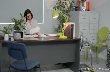 Сочная Ivy Lebelle оголилась перед коллегой в офисе