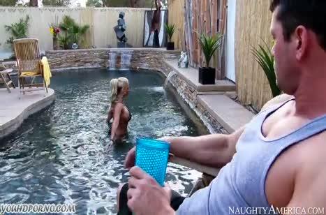 Мамка Phoenix Marie укладывает мужика на лопатки после бассейна