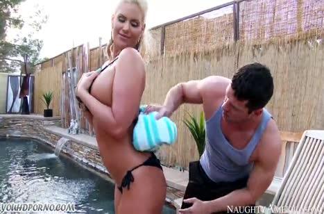 Мамка Phoenix Marie укладывает мужика на лопатки после бассейна #2