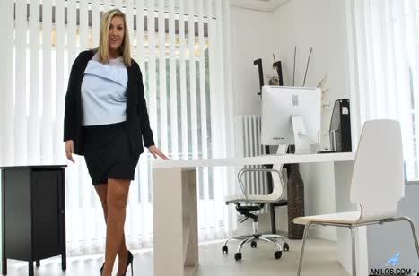 Пухлая Crystal Swift занялась мастурбацией в кабинете