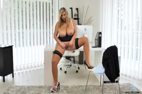 Пухлая Crystal Swift занялась мастурбацией в кабинете #5